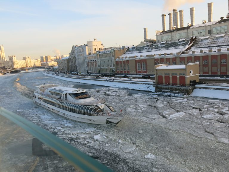 Boat attempting to navigate Moskva River